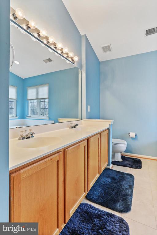 LIGHT AND BRIGHT ~ RELAXING! - 202 JENNINGS CT SE, LEESBURG