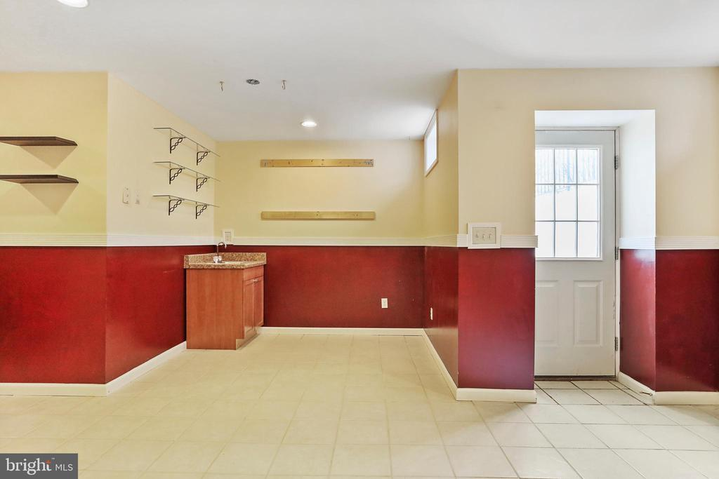 WET BAR + ROOM FOR YOUR PERSONAL BAR SET UP - 202 JENNINGS CT SE, LEESBURG