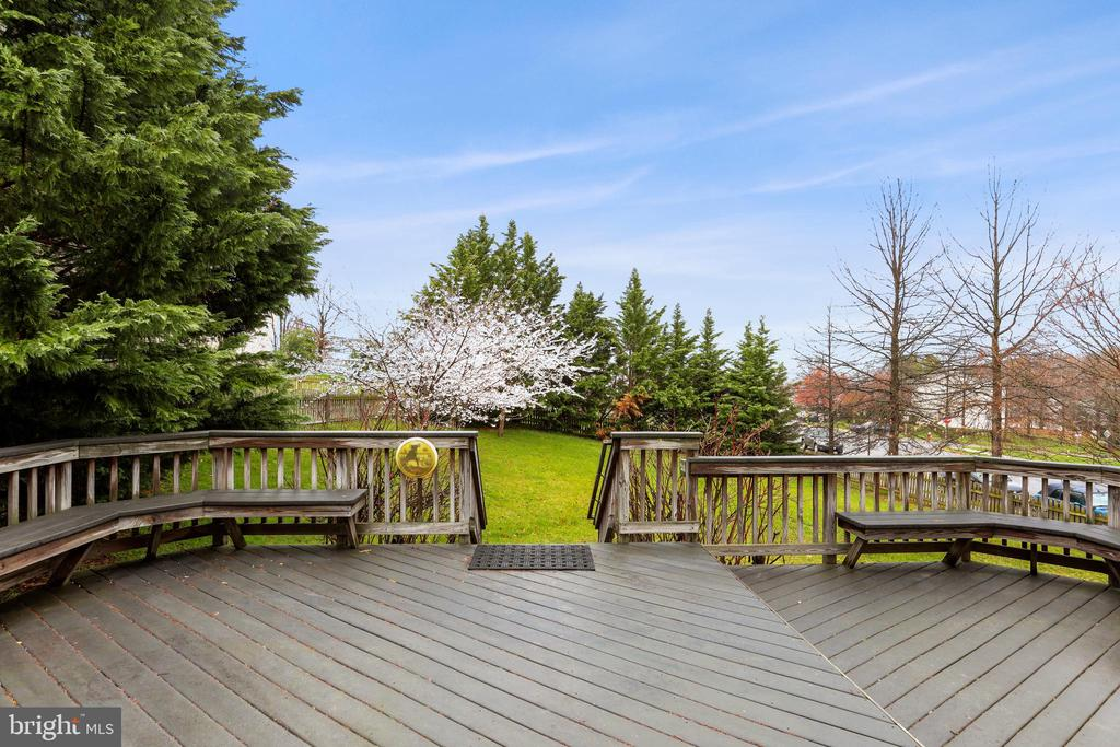 BEAUTIFUL TREX DECK WITH SEATING - 202 JENNINGS CT SE, LEESBURG