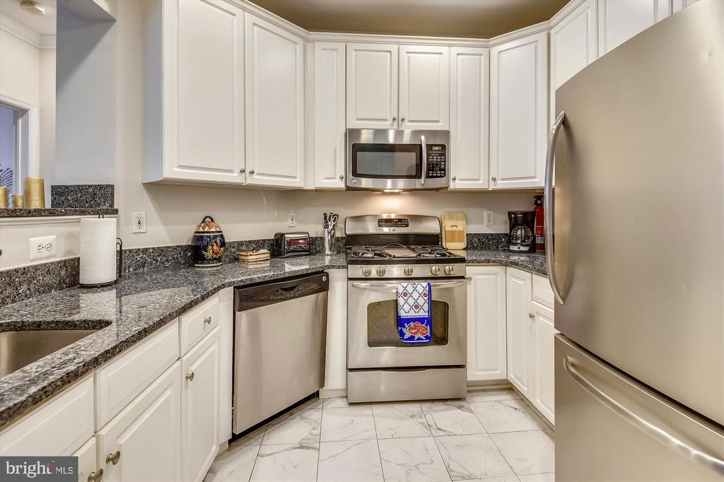 Kitchen with stainless appliances - 1321 N ADAMS CT #308, ARLINGTON