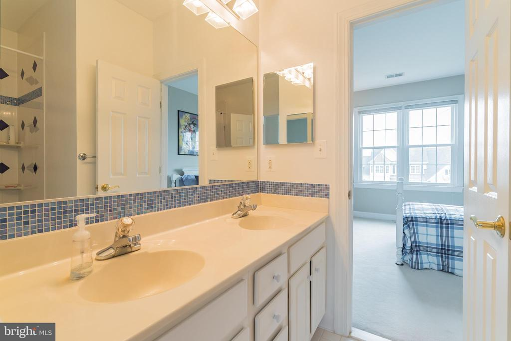 Jack n Jill bathroom - 25543 THORNBURG CT, CHANTILLY