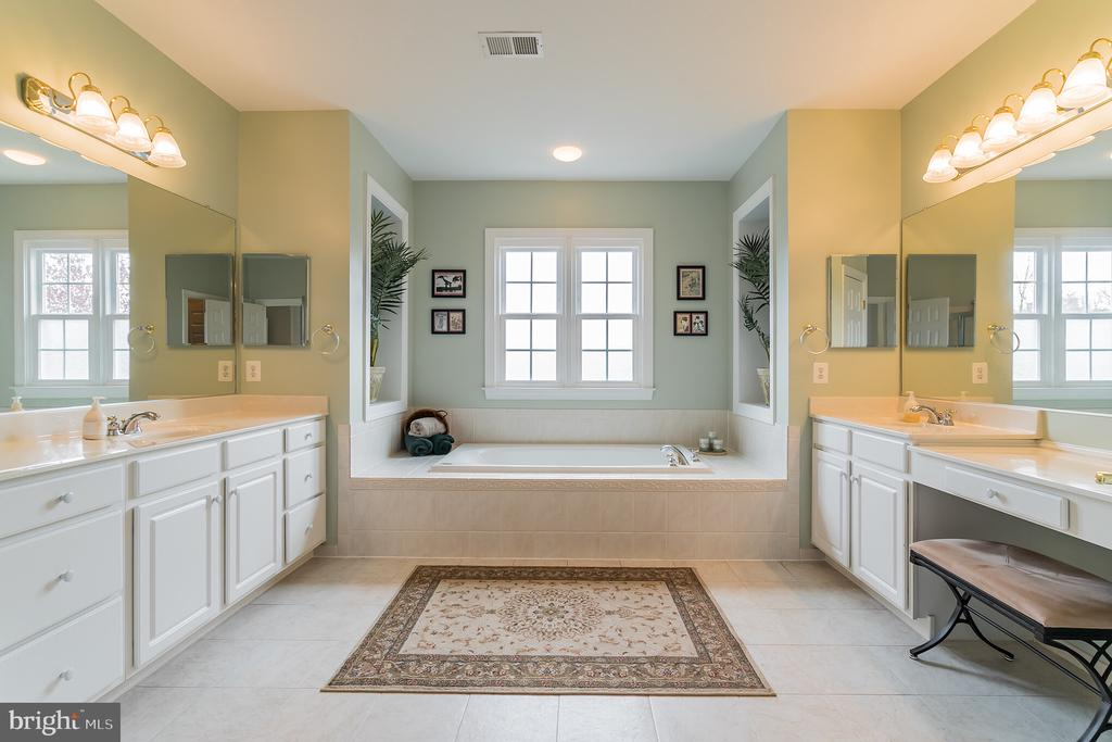 Master bathroom with individual vanities - 25543 THORNBURG CT, CHANTILLY