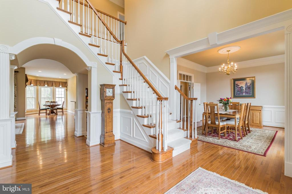 Two story foyer is elegant and dramatic - 25543 THORNBURG CT, CHANTILLY