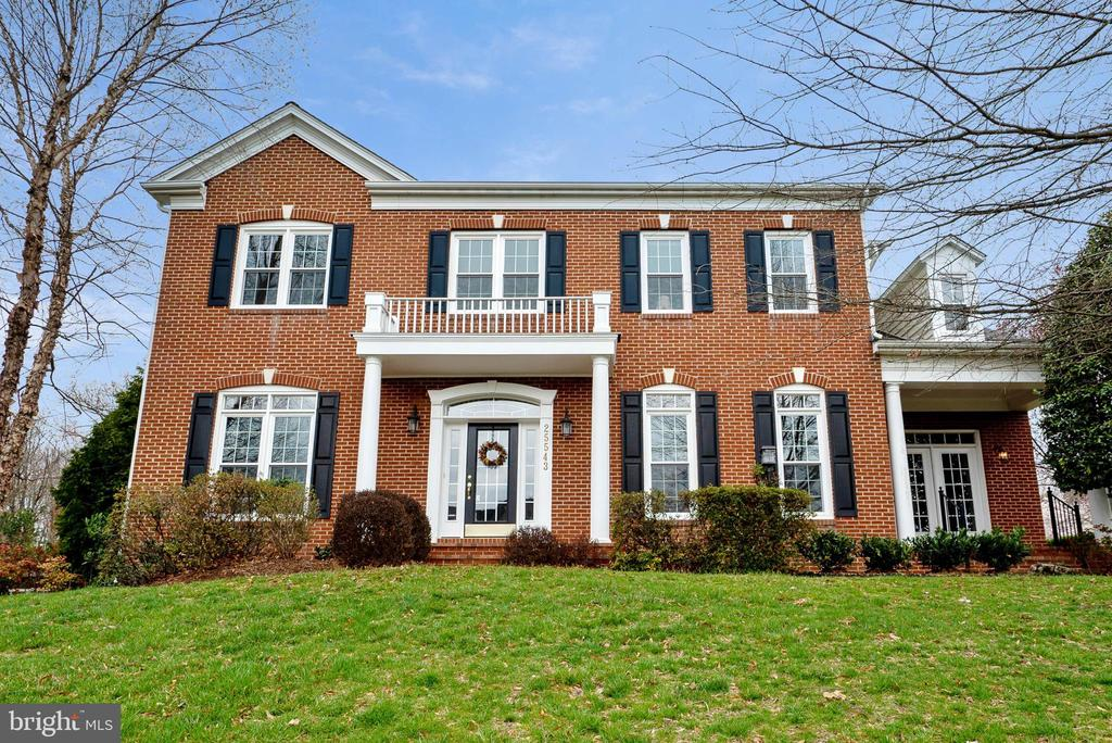 Classic brick colonial w/exceptional curb appeal - 25543 THORNBURG CT, CHANTILLY