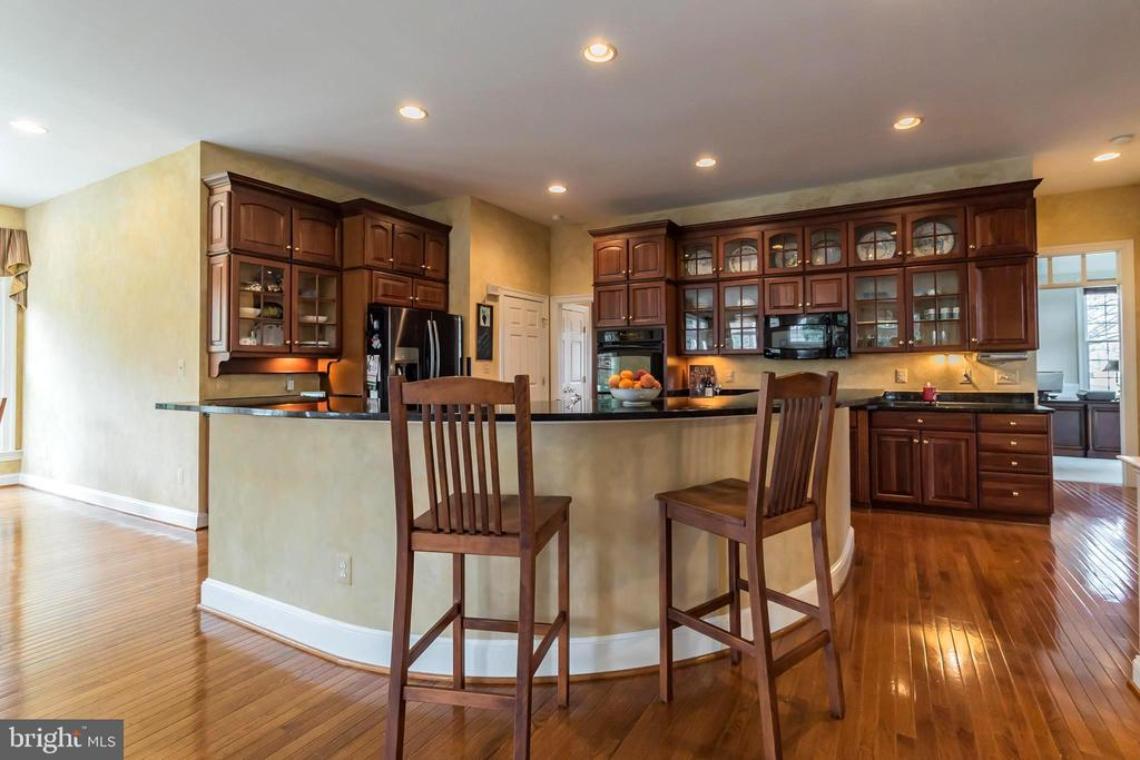 You may never leave this kitchen....! - 25543 THORNBURG CT, CHANTILLY
