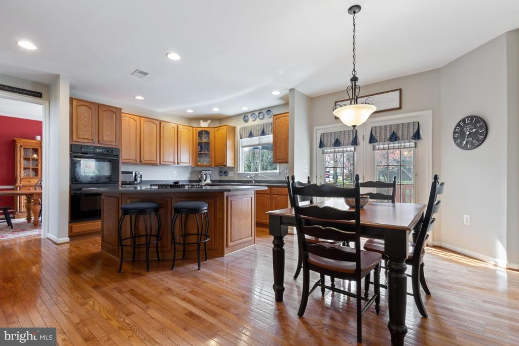 Gourmet Kitchen with Breakfast Room - 215 ALPINE DR SE, LEESBURG