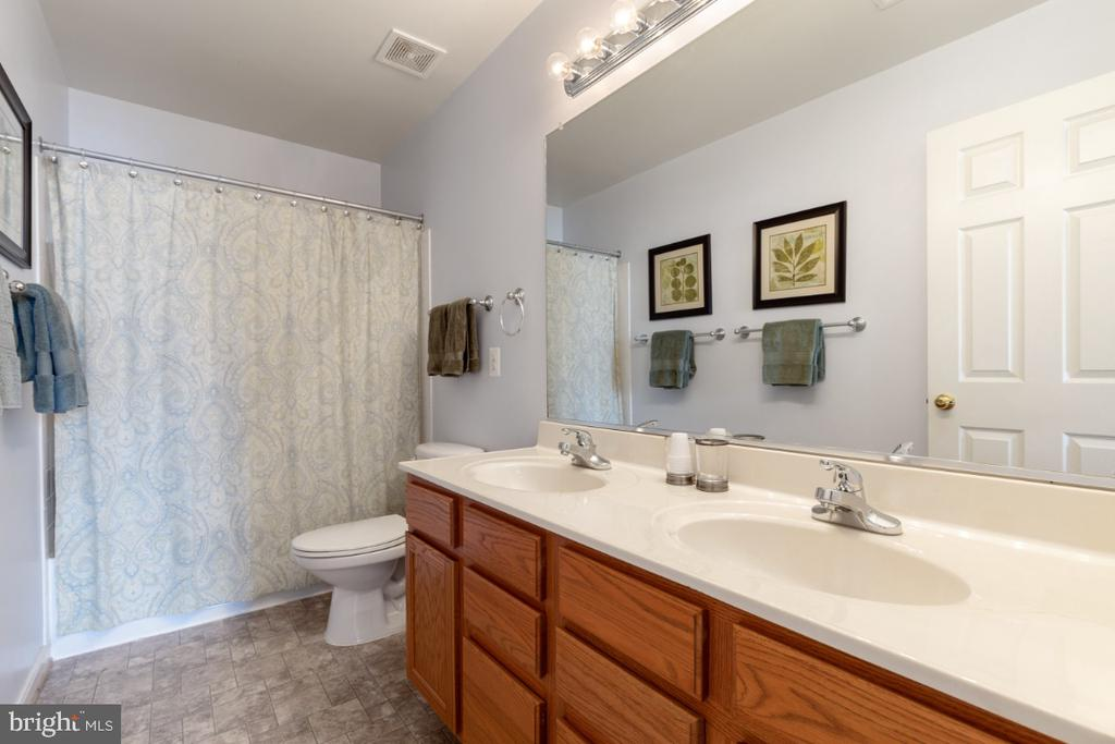 Upper Level Full Bathroom with Dual Sinks - 215 ALPINE DR SE, LEESBURG