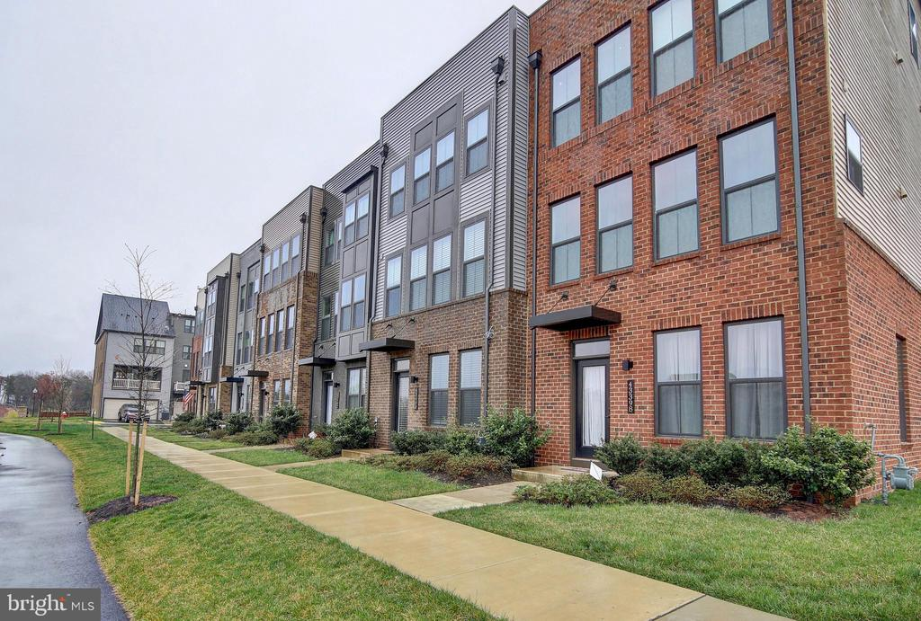 Row of townhomes - 43400 THREE FORKS TER, ASHBURN