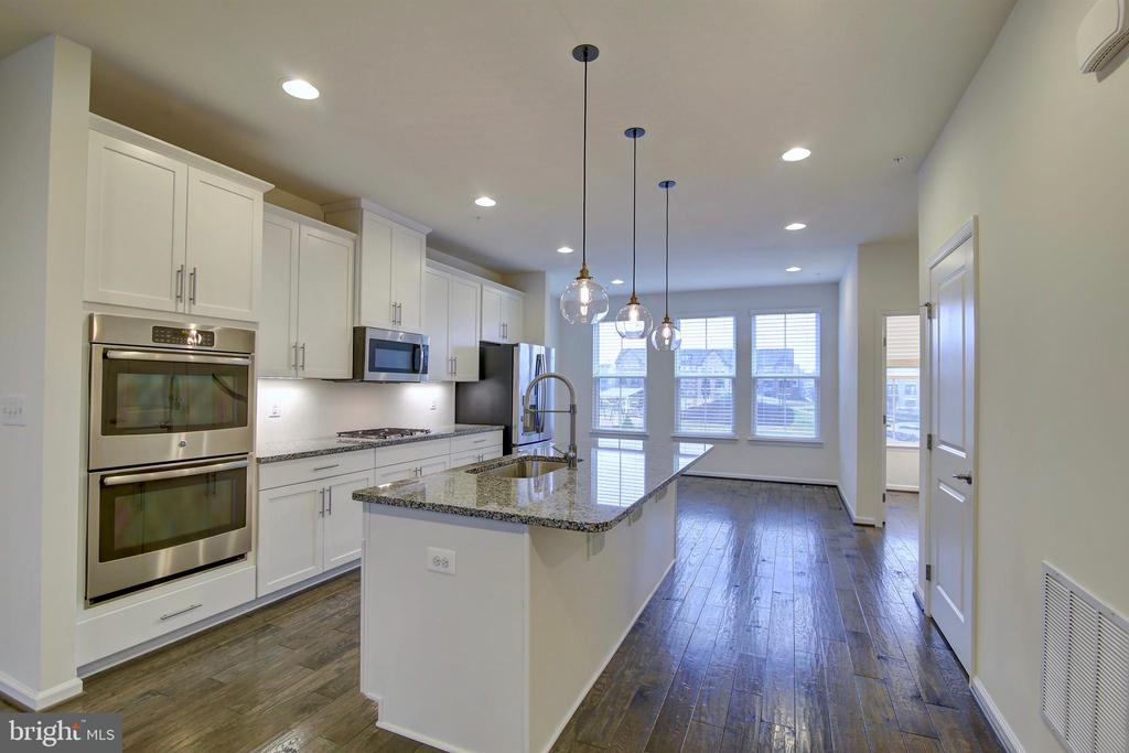 Gourmet Kitchen with classic white cabinets - 43400 THREE FORKS TER, ASHBURN