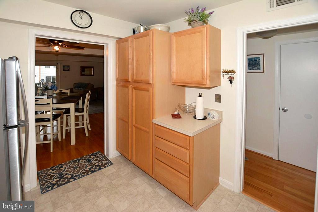 The large pantry handles everything! - 1030-B MARGATE CT, STERLING