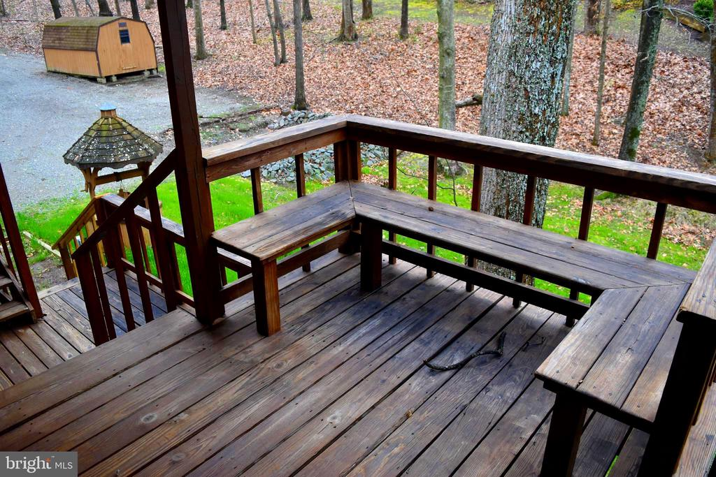 Main Level-wraparound deck with built in seating - 6220 BELMONT RD, MINERAL