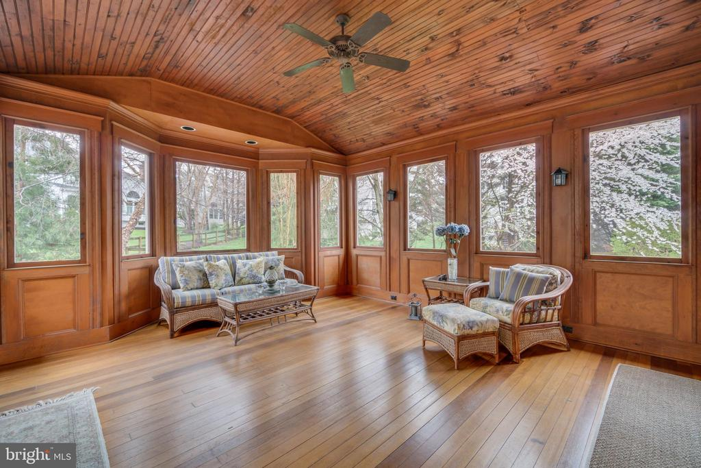 Main level enclosed porch - 20464 SWAN CREEK CT, STERLING