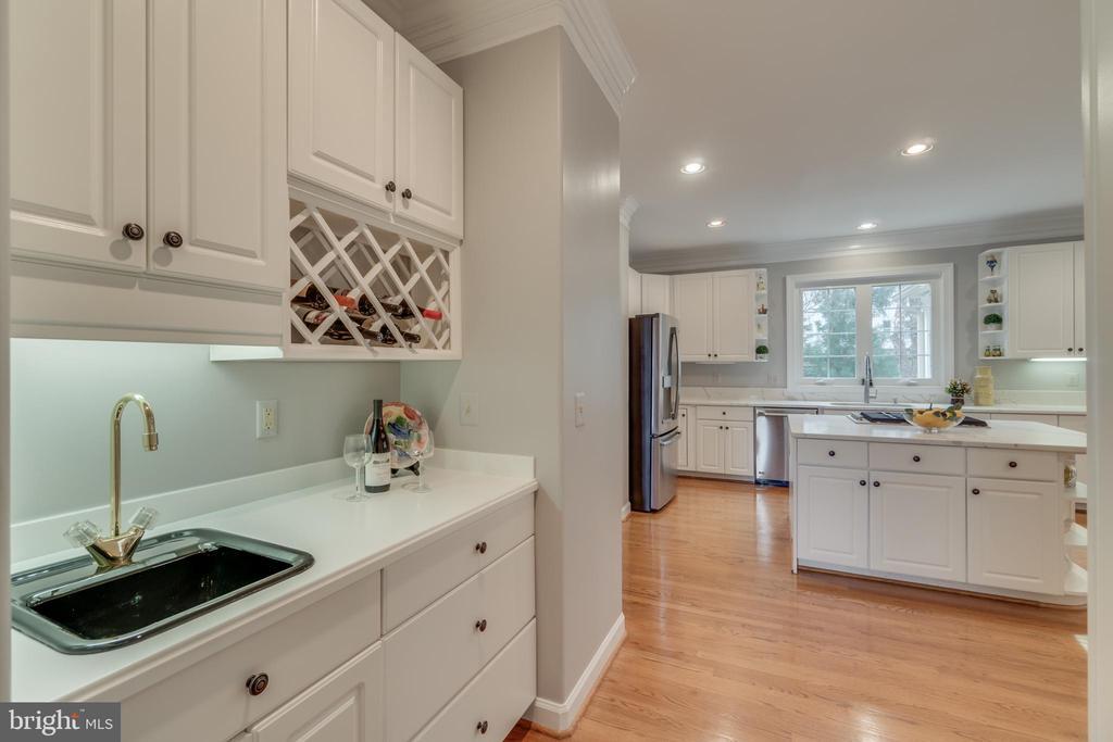 Butler's pantry - 20464 SWAN CREEK CT, STERLING
