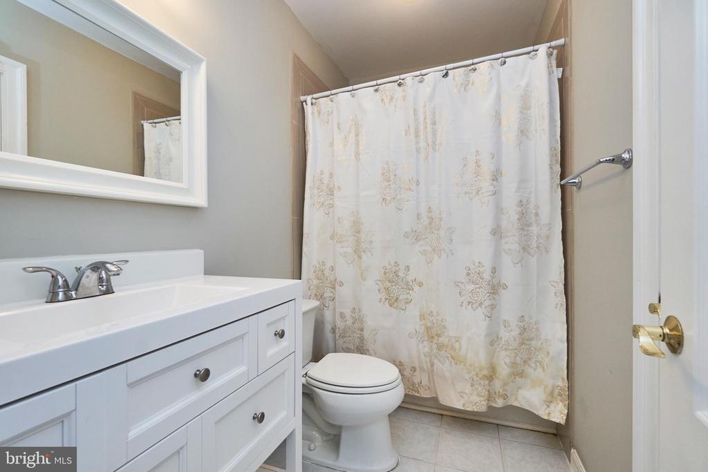 Upper level hall bath - 8932 ATATURK WAY, LORTON