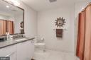 Spacious 2nd/guest bath w/shower/tub - 45 SUTTON SQ SW #704, WASHINGTON