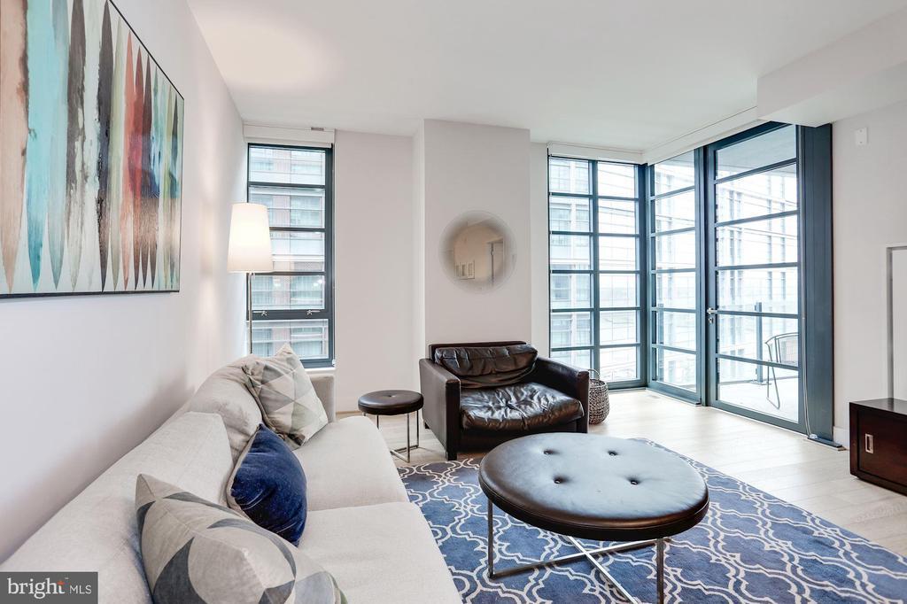 Light-filled living room - 45 SUTTON SQ SW #704, WASHINGTON