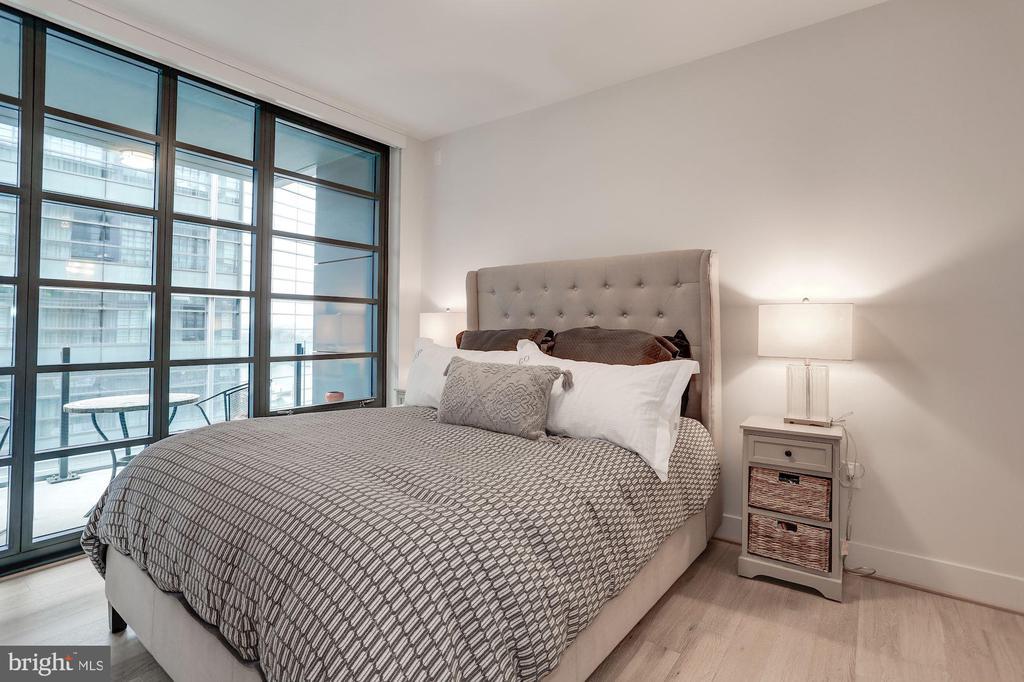 King-size master bedroom - 45 SUTTON SQ SW #704, WASHINGTON