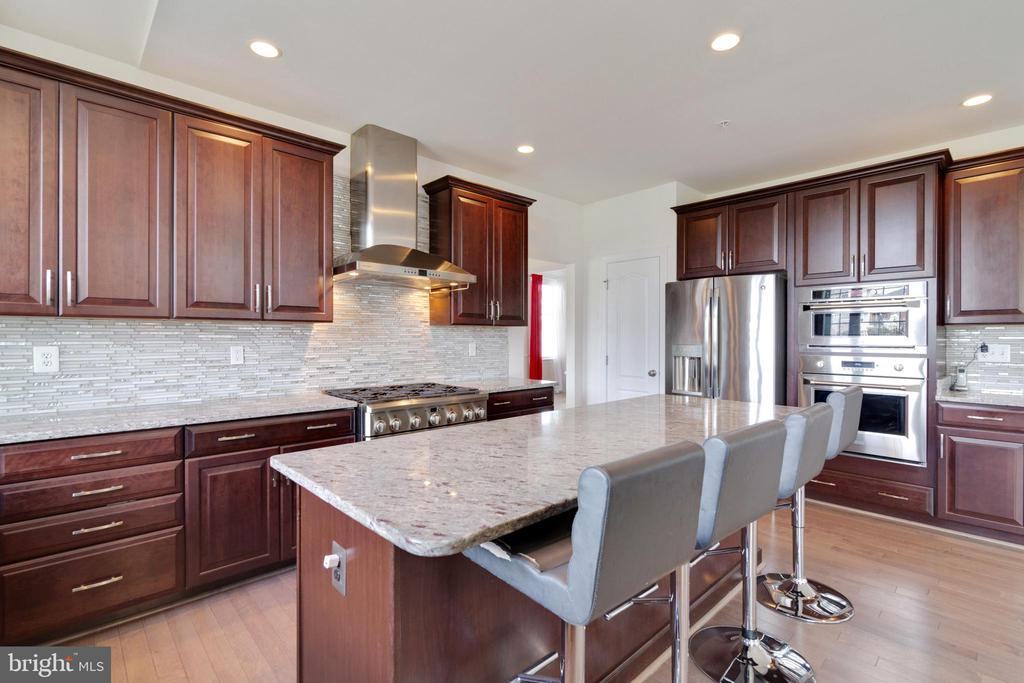 Large kitchen! - 4507 BRIDLE RIDGE RD, UPPER MARLBORO