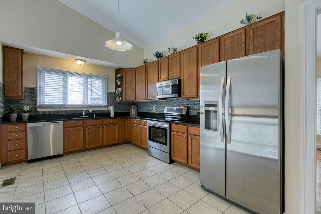 Spacious Kitchen - 5 EMERSON CT, STAFFORD