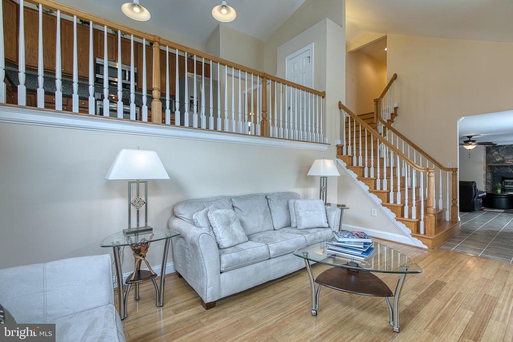 Spacious living room - 5 EMERSON CT, STAFFORD