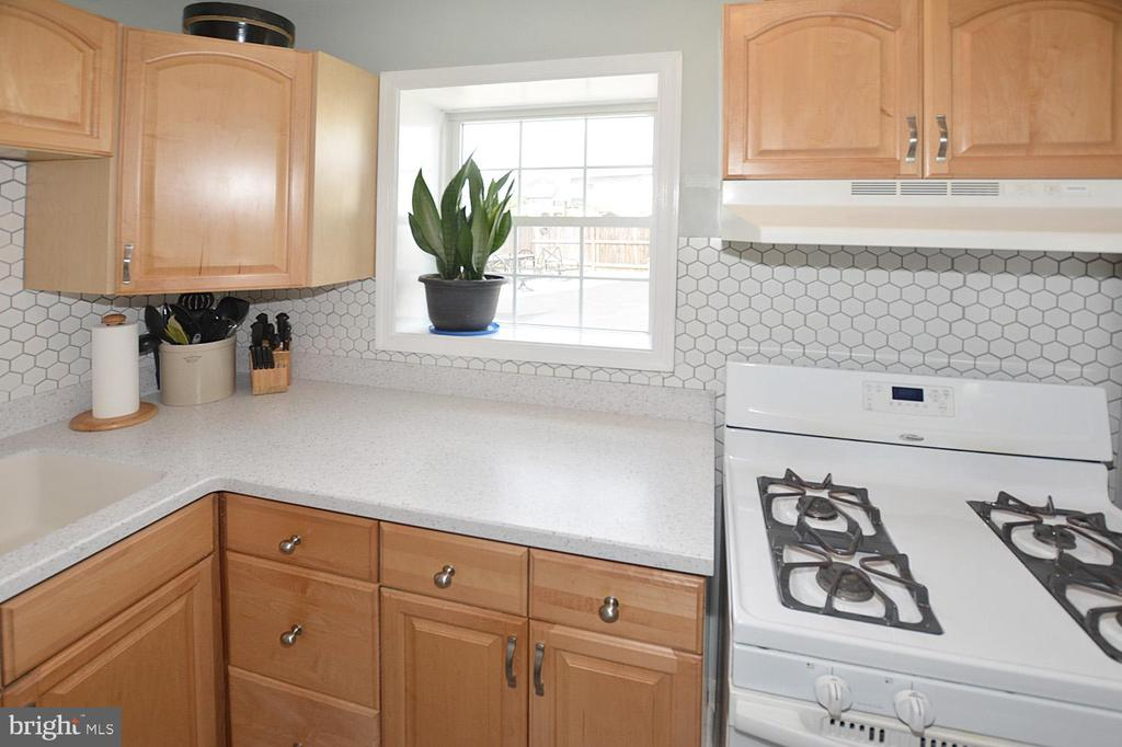 Beautiful back splash finishes the kitchen - 314 MANASSAS DR, MANASSAS PARK