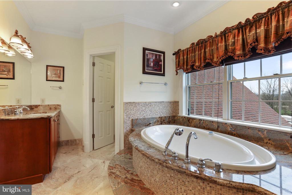 Enclosed toilet room - 2375 BALLENGER CREEK PIKE, ADAMSTOWN