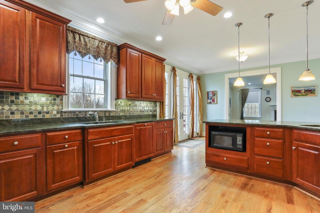 LivinCustom, quality cabinetry, hidden dishwasher - 2375 BALLENGER CREEK PIKE, ADAMSTOWN