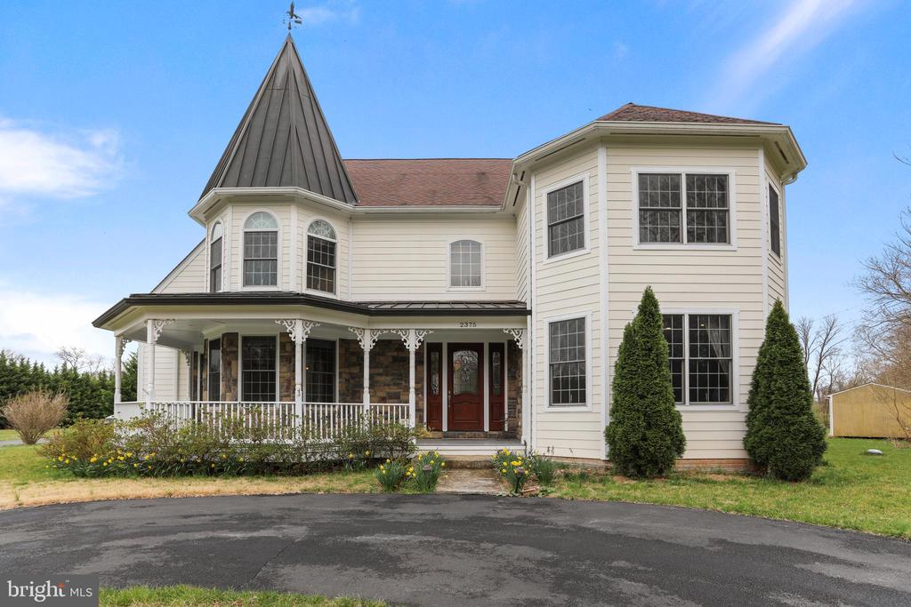 Welcome to this custom-built home w/many upgrades - 2375 BALLENGER CREEK PIKE, ADAMSTOWN