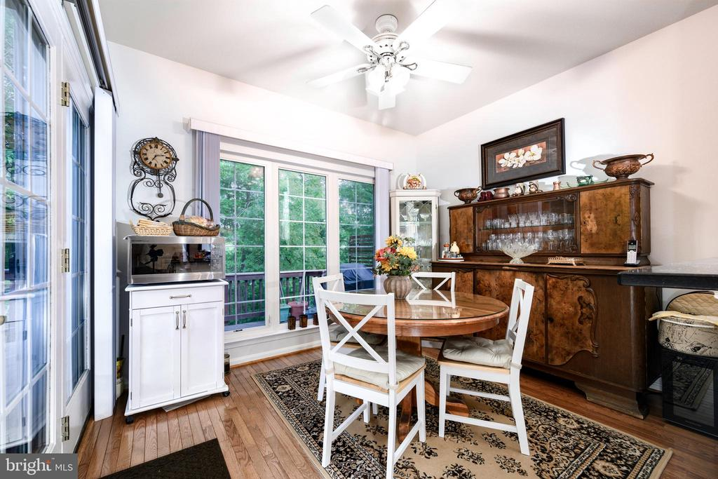 Breakfast room off kitchen with walk-out to deck - 34 WADDINGTON CT, ROCKVILLE