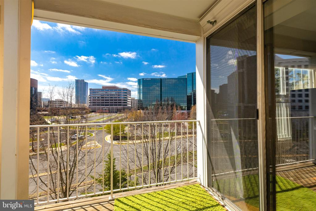 Beautiful balcony with city views - 1645 INTERNATIONAL DR #407, MCLEAN