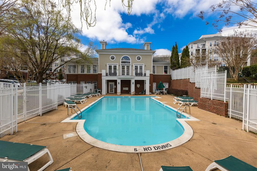 Community pool with club house - 1645 INTERNATIONAL DR #407, MCLEAN