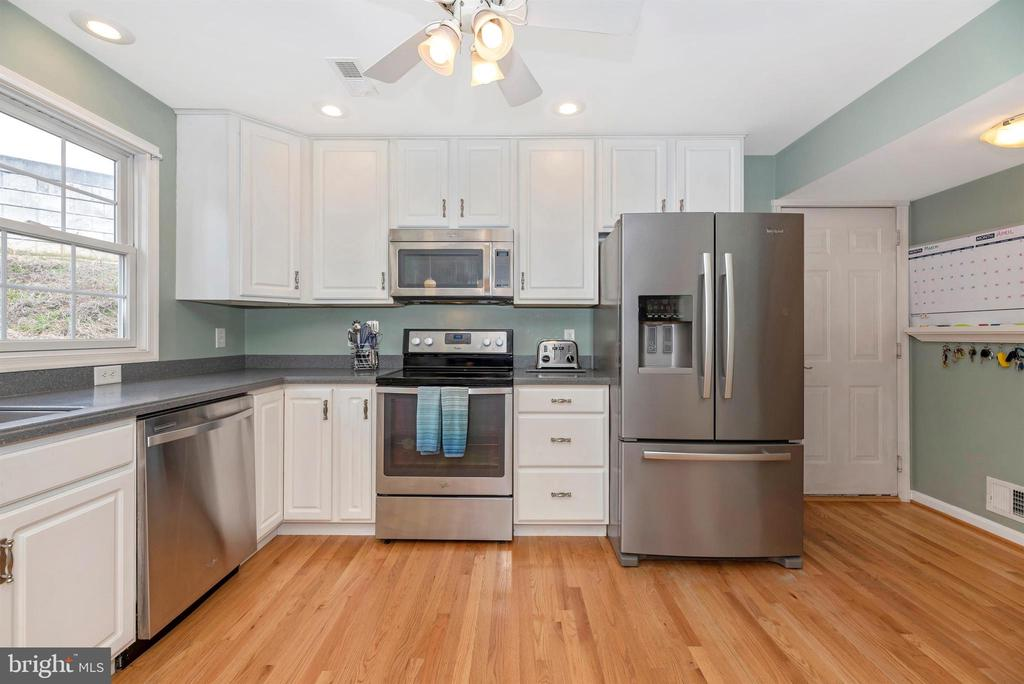 New stainless steel appliances - 105 MERCER CT, FREDERICK