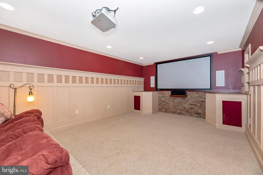 Movie projector and screen convey - 105 MERCER CT, FREDERICK