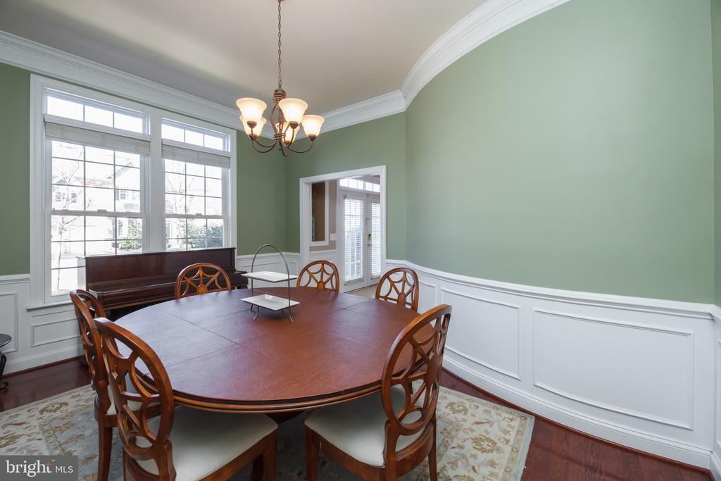 Formal Dining Room (Awesome curved wall) - 18754 KIPHEART DR, LEESBURG
