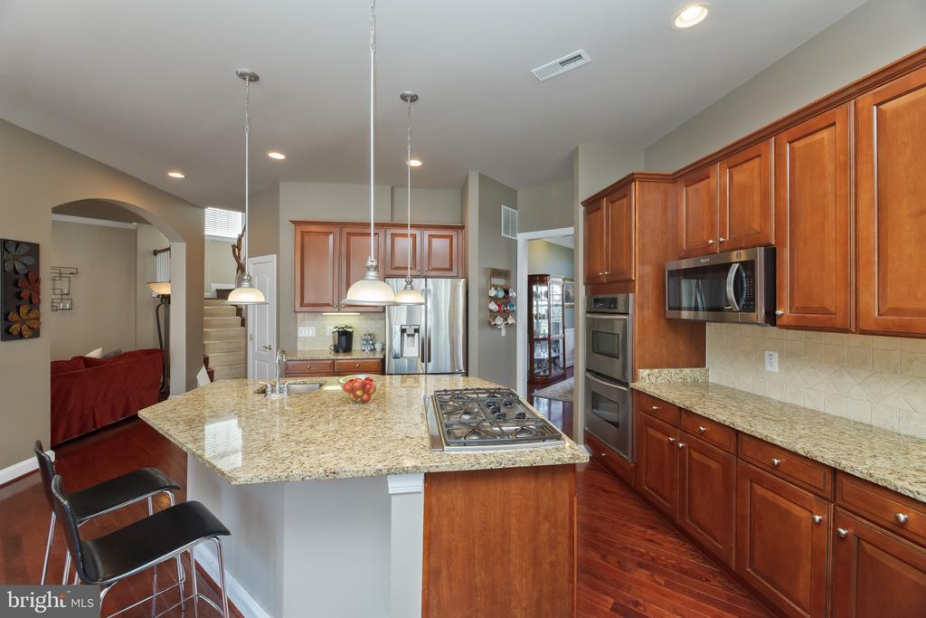 Center island with room for prep and seating - 18754 KIPHEART DR, LEESBURG
