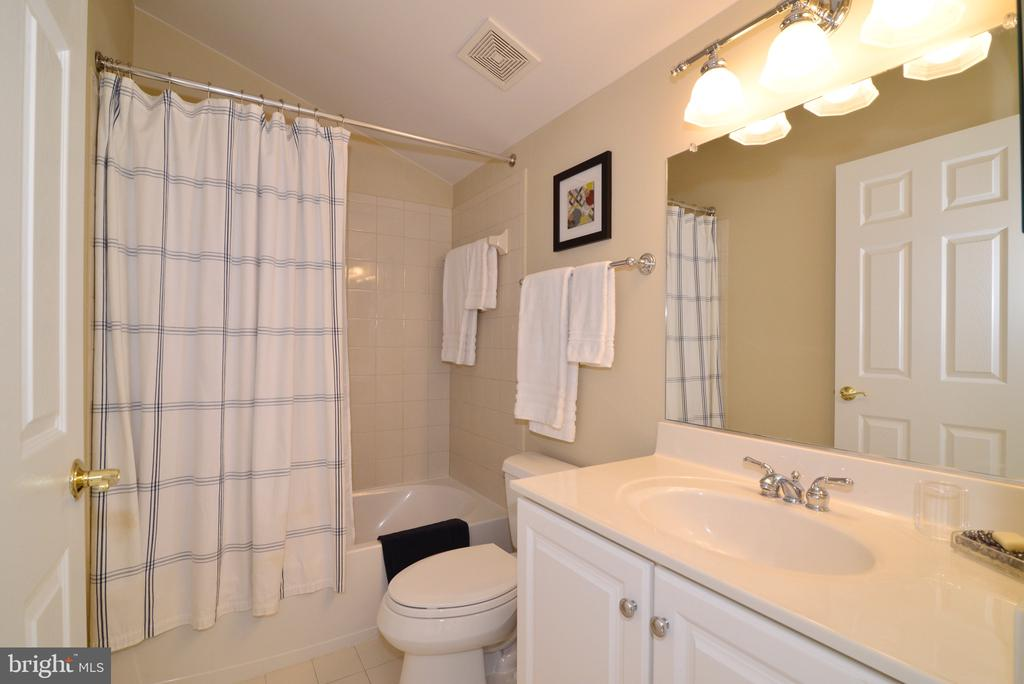 Upper level full bathroom - 43663 PALMETTO DUNES TER, LEESBURG