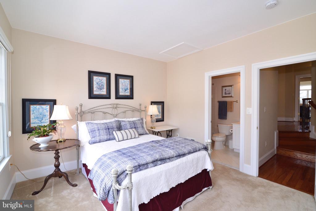 Upper level second bedroom w/en suite full bath - 43663 PALMETTO DUNES TER, LEESBURG