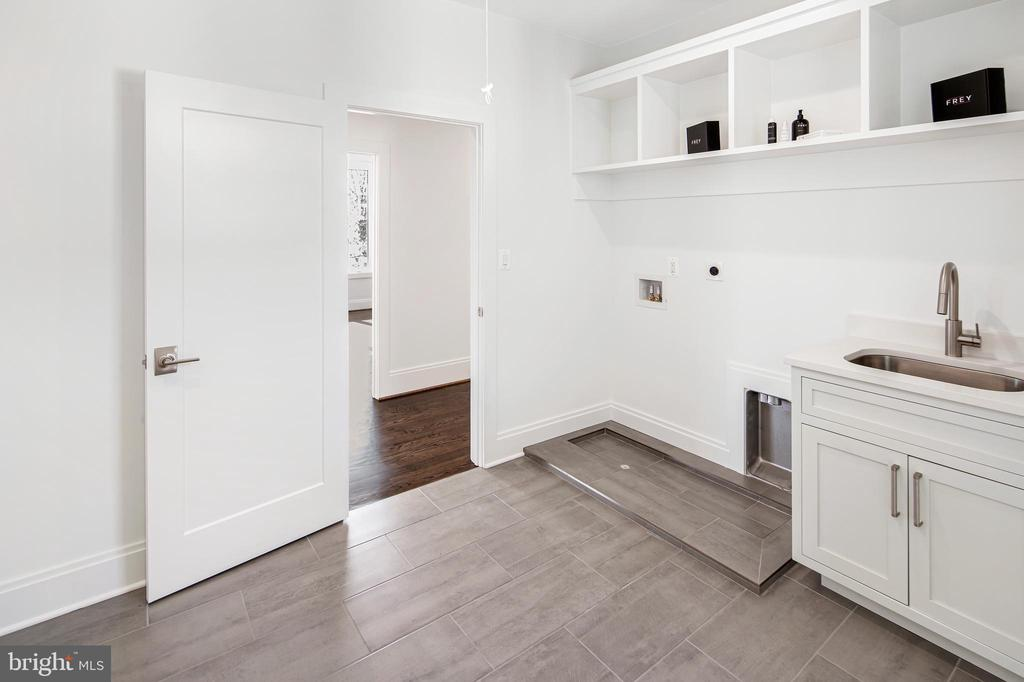 Laundry room w/ natural light - 31 N JACKSON ST, ARLINGTON