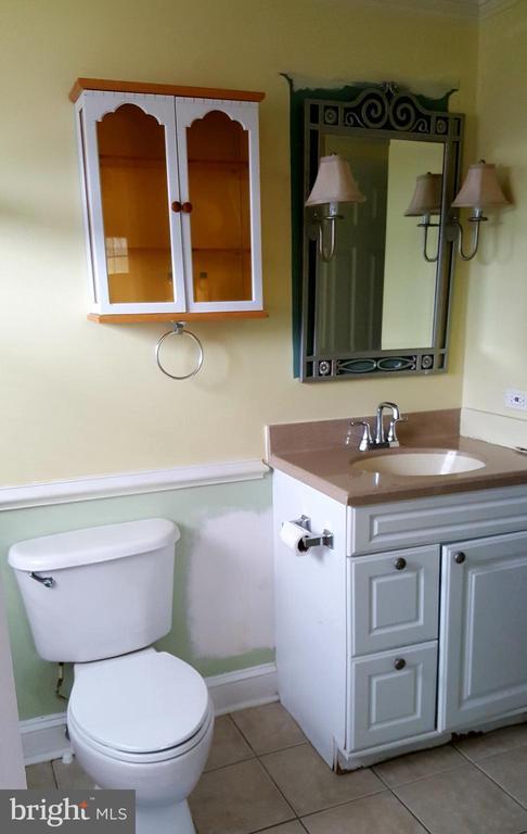 Upper level full bathroom - 301 N ALDER AVE, STERLING