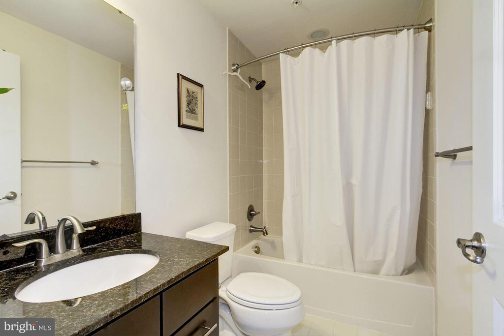 First level full bathroom - 13411 WATERFORD HILLS BLVD, GERMANTOWN