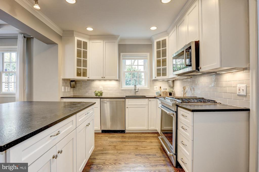 Leathered granite countertops - 2366 N OAKLAND ST, ARLINGTON