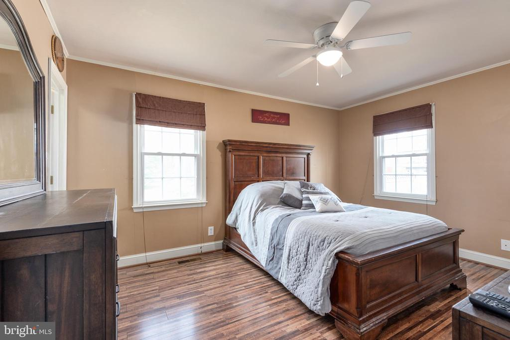 Master bedroom with ceiling fan - 6 ROSE ST, STAFFORD