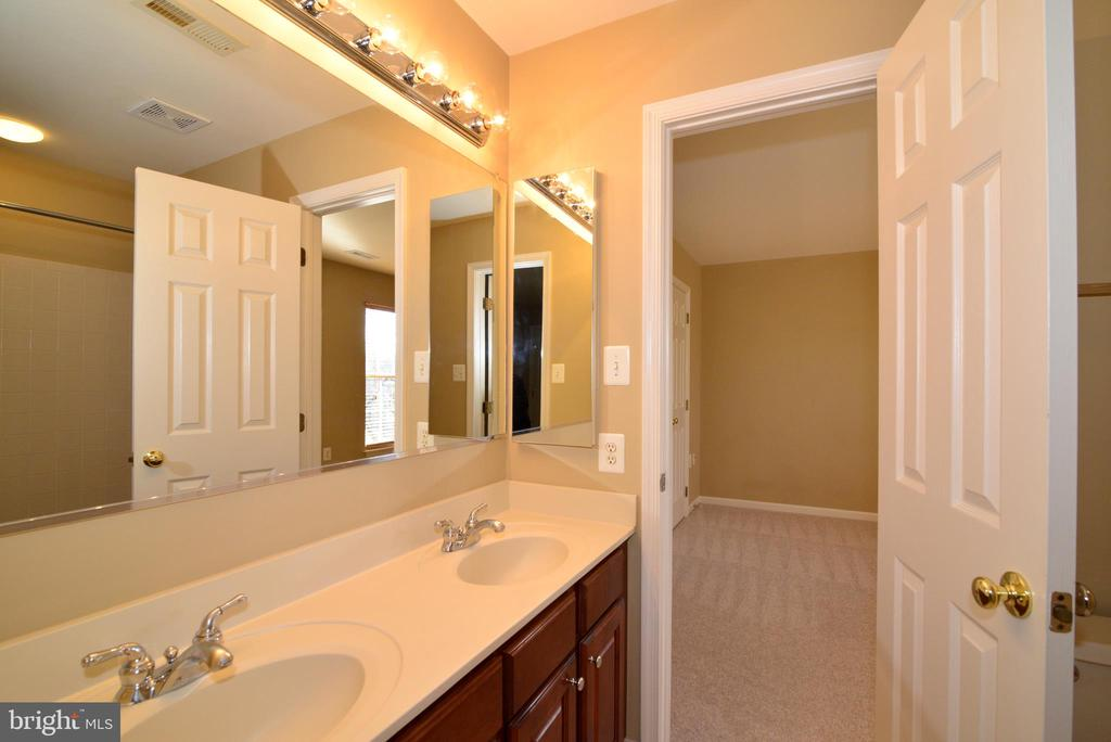 Buddy bath with dual sinks - 1439 HARLE PL SW, LEESBURG