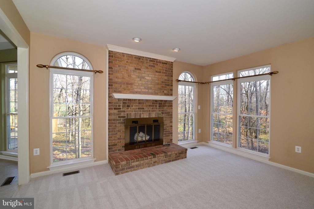 Floor to ceiling brick raised hearth fireplace - 1439 HARLE PL SW, LEESBURG