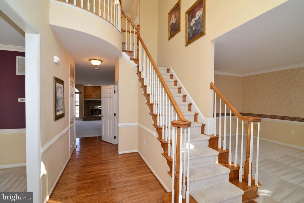 Hardwoods in 2 story foyer welcome you home - 1439 HARLE PL SW, LEESBURG