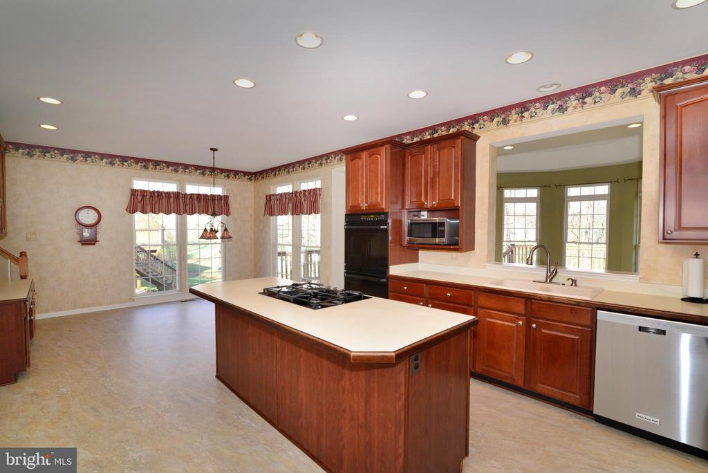 Large island with plenty of counter seating - 1439 HARLE PL SW, LEESBURG