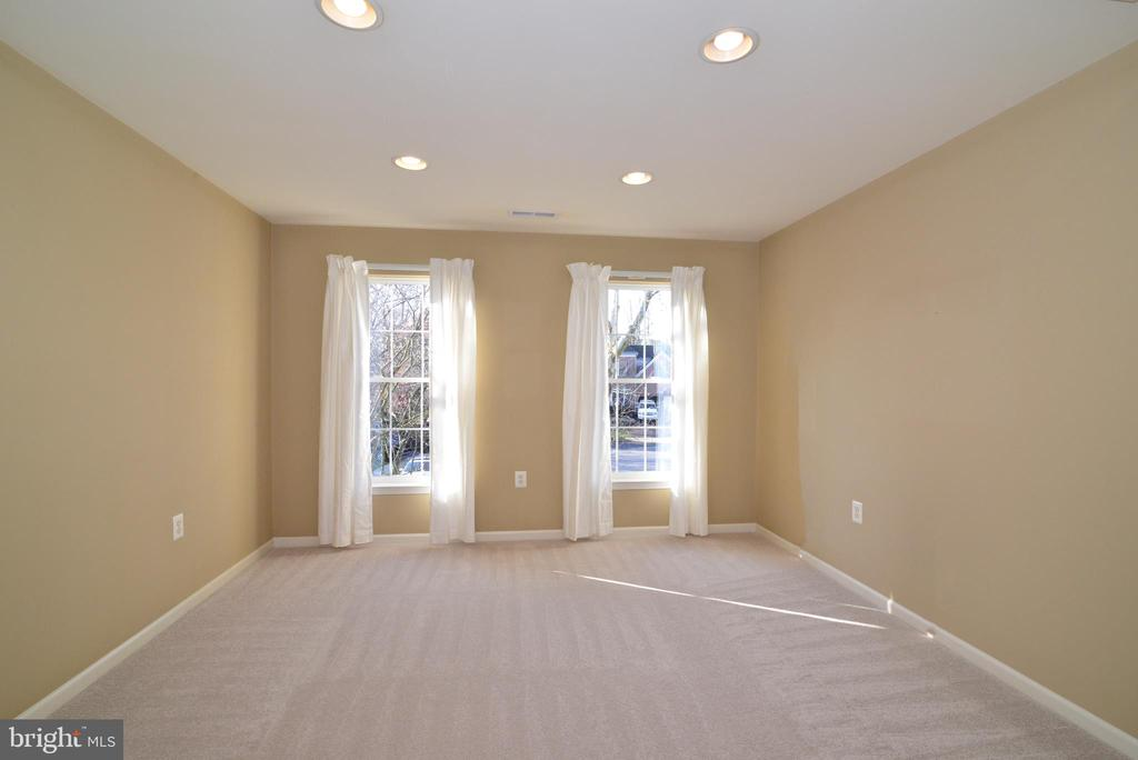 Owners sitting room with recessed lights - 1439 HARLE PL SW, LEESBURG