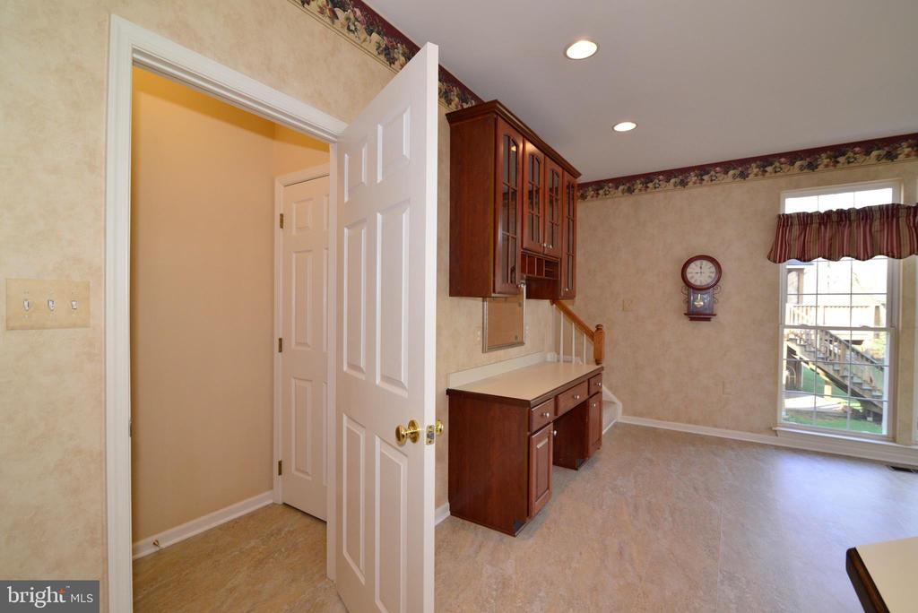 Mud room entrance; planning desk - 1439 HARLE PL SW, LEESBURG