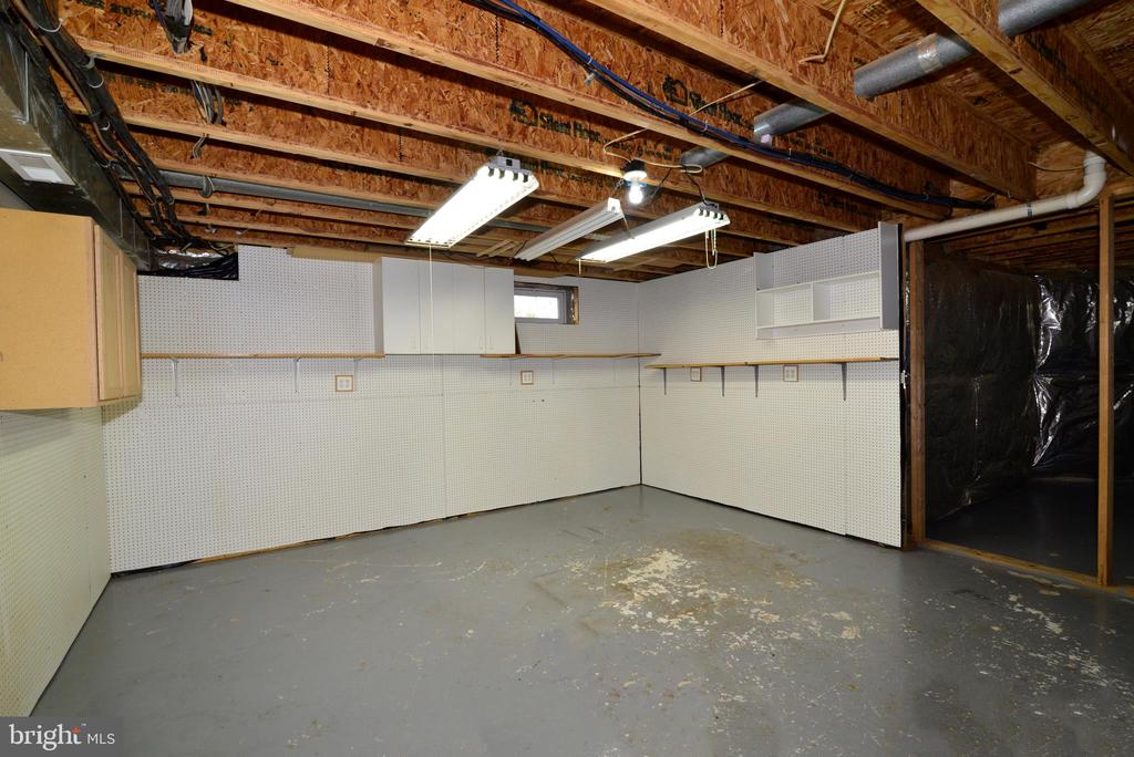 Large workshop area in lower level - 1439 HARLE PL SW, LEESBURG