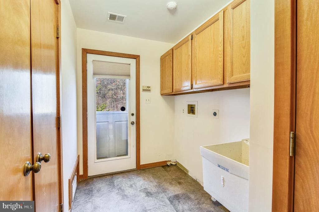 Mud/laundry room with deck access - 41635 STUMPTOWN RD, LEESBURG